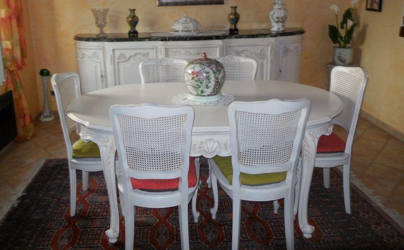 Salle à manger en merisier de style provençal rénovée en blanc ...